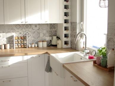 Aranżacja Kuchni Z Białymi Szafkami Zdjęcie W Serwisie