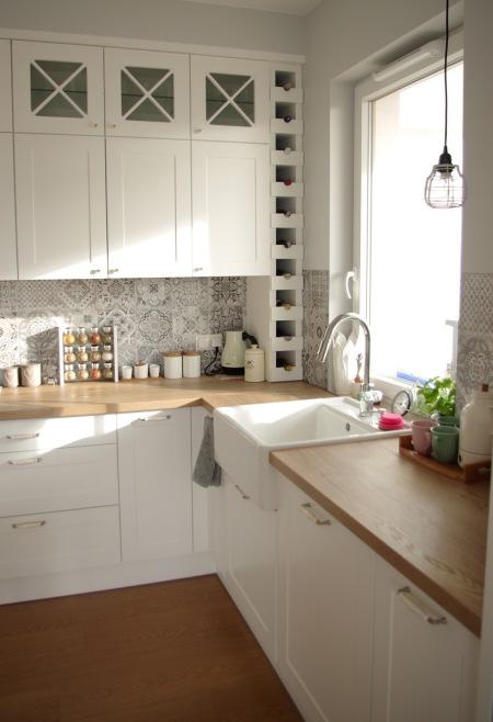 Białe Szafki Z Drewnianymi Blatami W Kuchni Zdjęcie W Serwisie