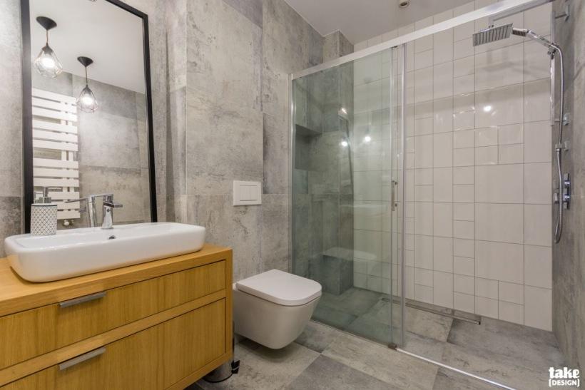 Szara łazienka Z Czarnymi Dodatkami Zdjęcie W Serwisie