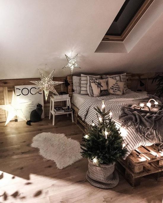 Romantyczna Sypialnia Na Poddaszu Z Małą Choinką Zdjęcie W