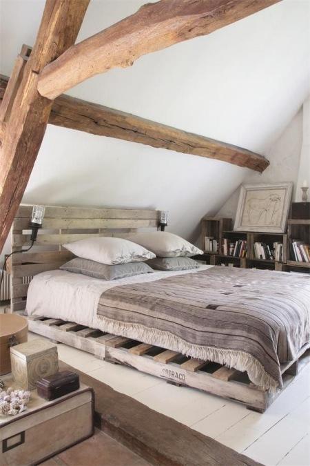 łóżko Z Palety Regały Z Pólkami Z Drewnianych Zdjęcie W