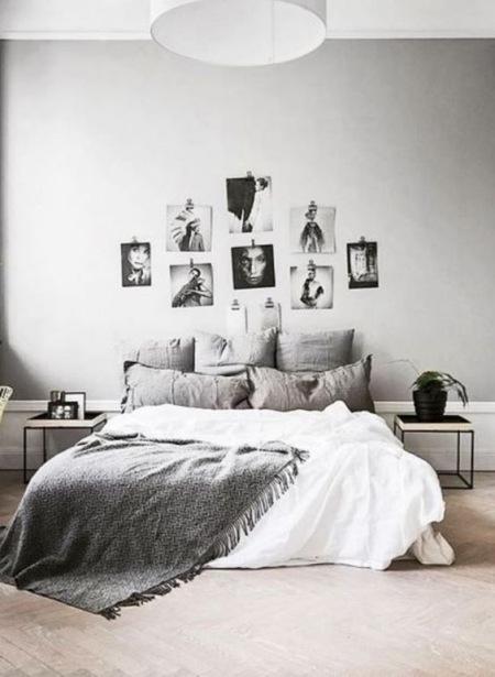 Szara Sypialnia Z Galerią Zdjęć Nad łóżkiem Zdjęcie W