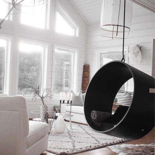 Wnętrza tygodnia z instagramu, czyli aranżacja biało-czarnego salonu z oryginalną huśtawką w pierścieniu!