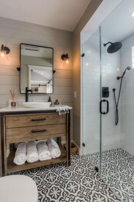 łazienka Ze Wzorzystą Podłogą I Szafką Z Drewna Zdjęcie W