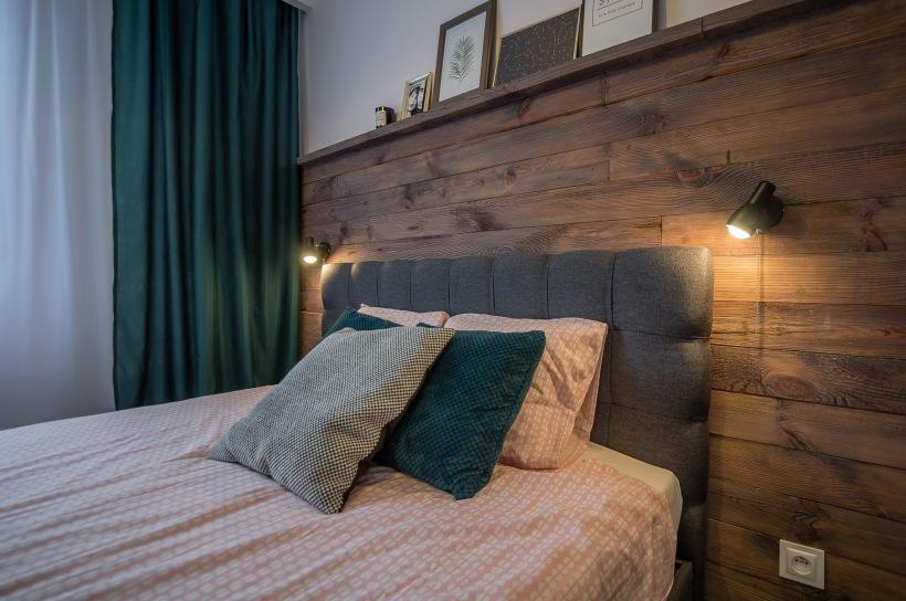Drewniana ściana Za łóżkiem W Sypialni Zdjęcie W Serwisie