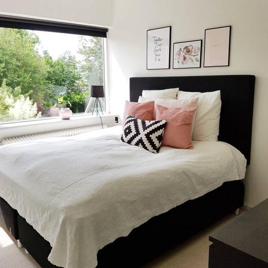 Czarne łóżka I Różowe Dodatki W Sypialni Zdjęcie W