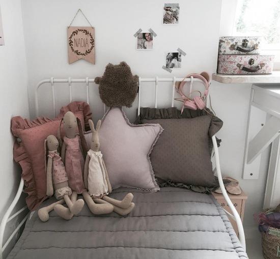 Poduszki I Dekoracje ścienne W Aranżacji Pokoju Zdjęcie W