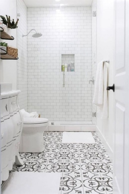 Biała łazienka Ze Wzorzystą Podłogą Zdjęcie W Serwisie