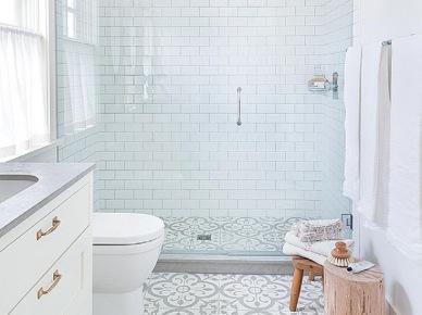 Aranżacja Białej łazienki Z Czarnym Sufitem Zdjęcie W