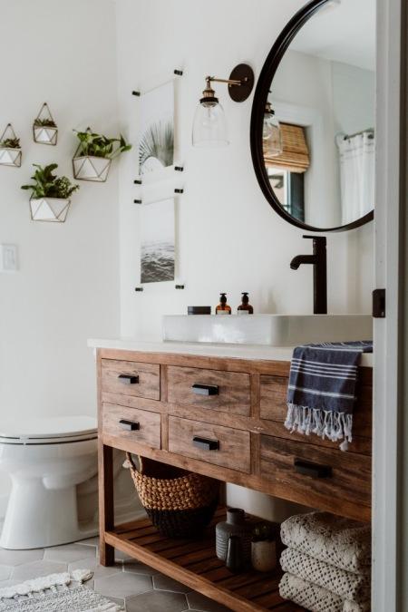 Aranżacja łazienki Z Piękną Drewnianą Szafką Zdjęcie W