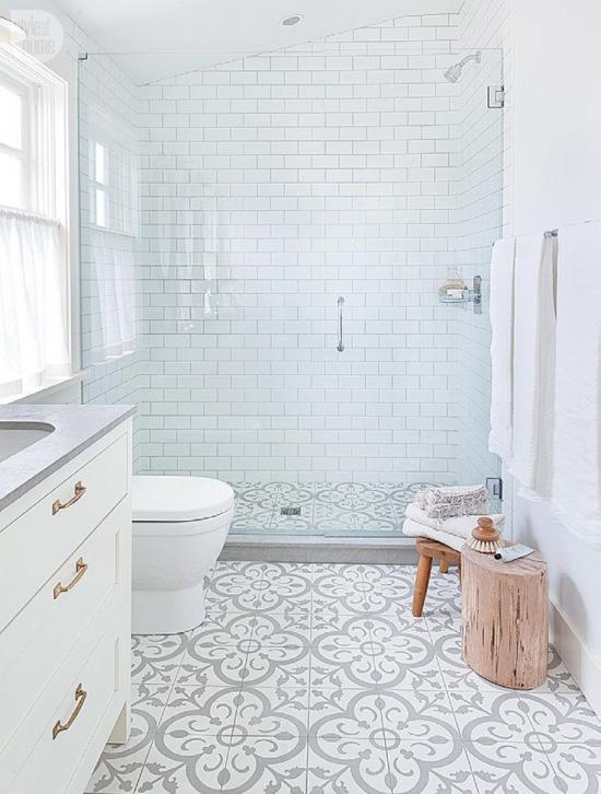 Aranżacja Białej łazienki W Skandynawskim Zdjęcie W