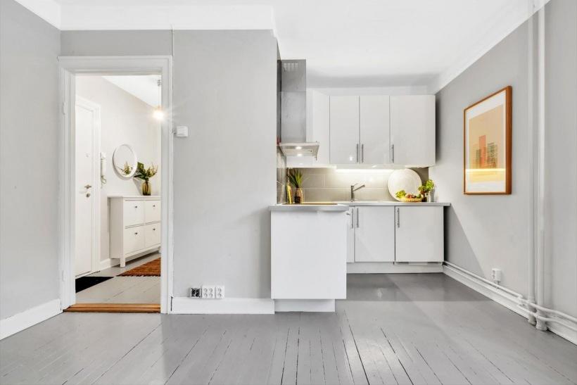 Mała Kuchnia Z Białymi Szafkami I Szarą Podłogą Zdjęcie W