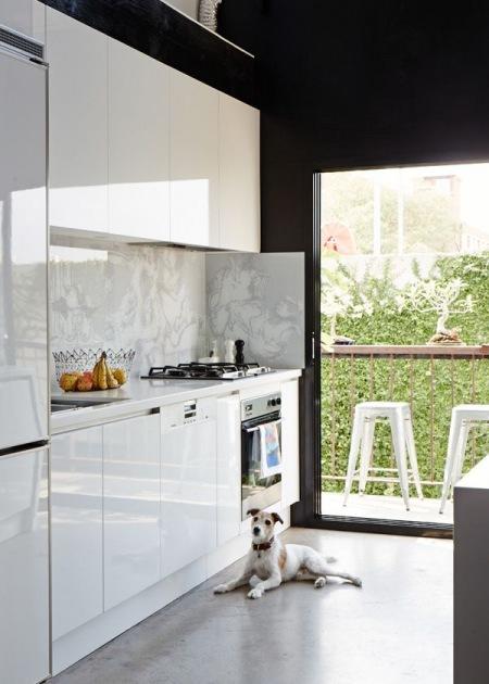 Panoramiczne Okno Z Drzwiami W Białej Kuchni Zdjęcie W