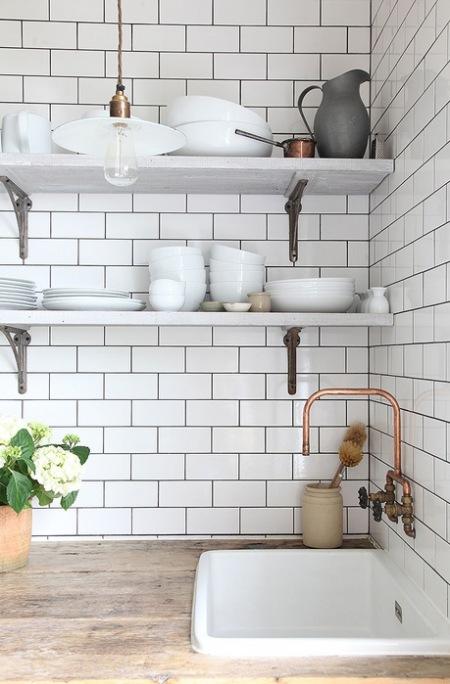 Złoty Kran I Białe Dodatki W Aranżacji Kuchni Zdjęcie W