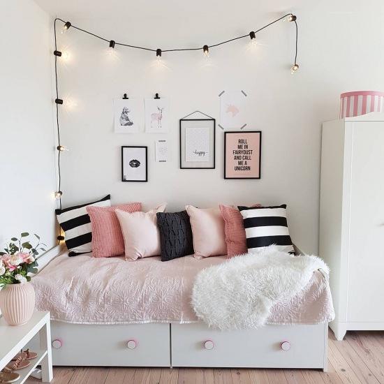 Czarne I Różowe Dodatki Do Małej Sypialni Zdjęcie W