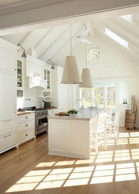 Klasyczna Biała Wyspa Kuchenna Z Dużymi Lampami Zdjęcie W Serwisie