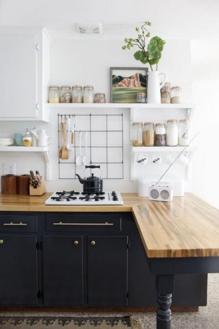 Granatowa Kuchnia Z Drewnianym Blatem I Białymi Zdjęcie W
