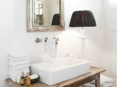 Lustro W Drewnianej Okrągłej Ramie W łazience Zdjęcie W