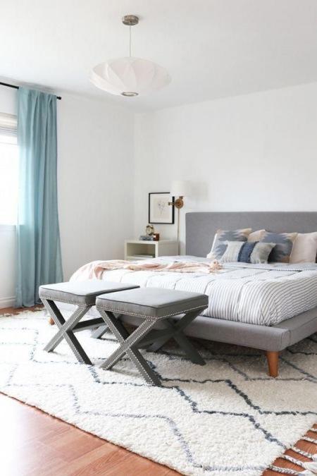 Sypialnia W Minimalistycznym Stylu Z Szarym Zdjęcie W