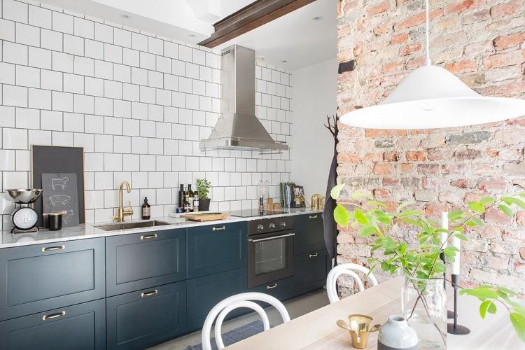 Aranżacja małego mieszkania z czerwonymi cegłami w jadalni i złotymi dodatkami do kuchni :)