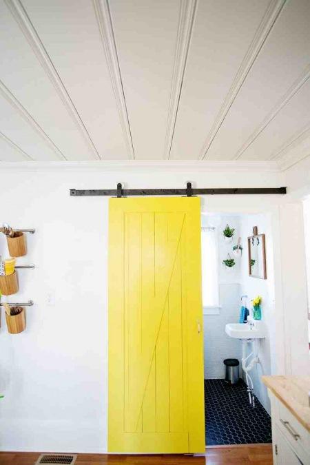 żółte Drzwi Przesuwne Do łazienki Zdjęcie W Serwisie