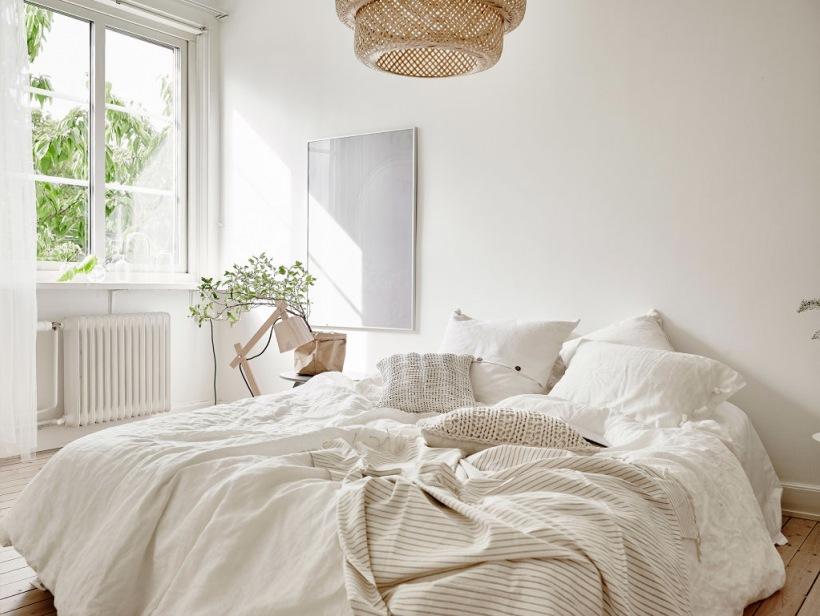 Biała Sypialnia Z Wiklinową Lampą Zdjęcie W Serwisie