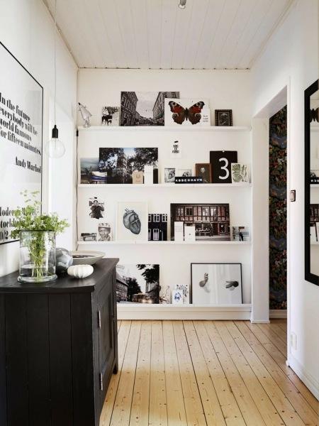 Wąskie Białe Półki Na ścianieczarno Biał Zdjęcie W