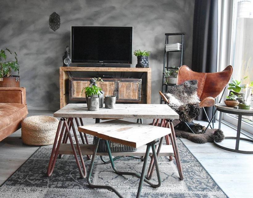 Szary Salon Z Drewnianym Meblami W Industrialnym Zdjecie W