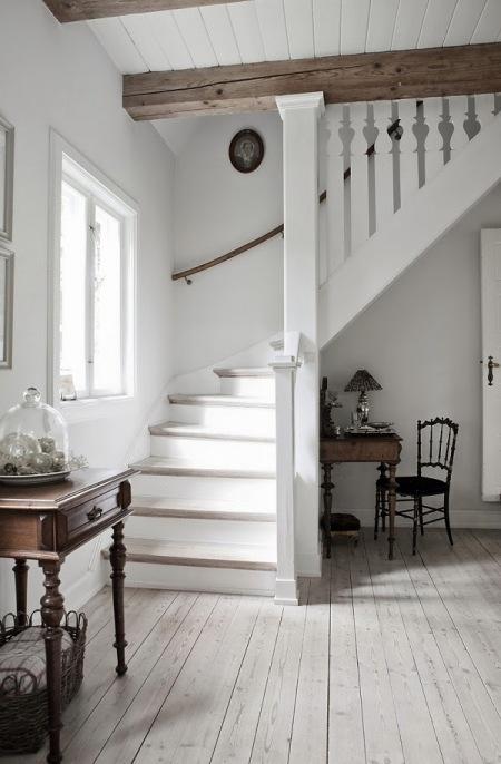 Białe Drewniane Schody Dywanowe W Domu Zdjęcie W Serwisie