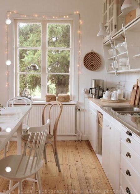 Biała Kuchnia Z Jasną Drewnianą Podłogą Zdjęcie W Serwisie