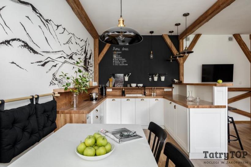 Biała Kuchnia Z Drewnem I Czarną ścianą Zdjęcie W Serwisie