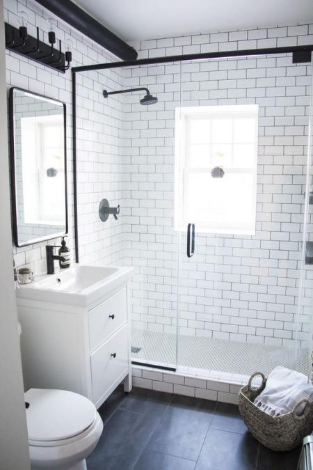 Mała Biała łazienka Z Czarnymi Dodatkami Zdjęcie W