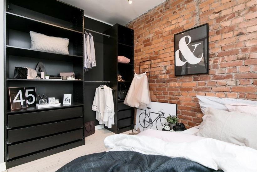 Czerwone Cegły I Czarne Meble W Sypialni Zdjęcie W