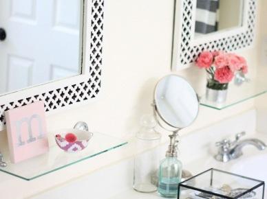 Biała łazienka Z Drewnem I Złotymi Dodatkami Zdjęcie W