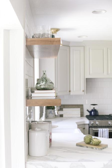 Biała Kuchnia Z Drewnianymi Półkami I Marmurowym Zdjęcie W