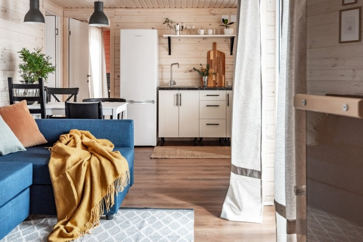 Prosta aranżacja bardzo klimatycznego domu z drewnianymi ścianami i sufitem