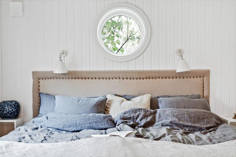 Sypialnia Z Okrągłym Oknem I łóżkiem W Beżowej Zdjęcie W