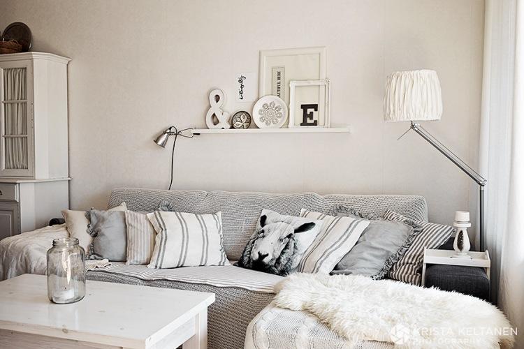 Aranżacja całkowicie białego mieszkania z szarymi i czarnymi dodatkami