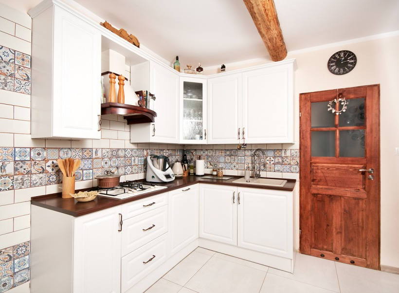 Wzorzyste Płytki W Białej Kuchni Zdjęcie W Serwisie