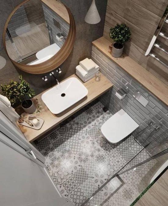 Szara łazienka Ze Wzorzystą Podłogą I Drewnianymi Zdjęcie