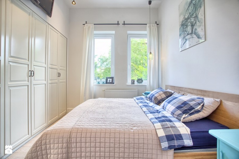 Mała Sypialnia Z Dużym łóżkiem I Białą Szafą Zdjęcie W