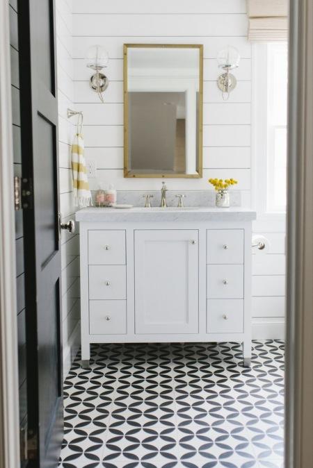 Wzorzysta Podłoga W Aranżacji Białej łazienki Zdjęcie W