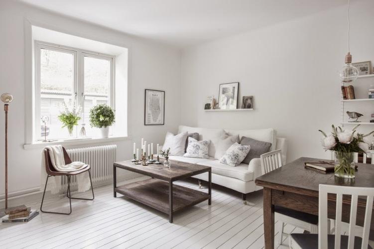 Białe mieszkanie w skandynawskim stylu z meblami ze starego drewna