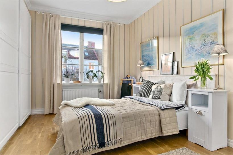 Biało Beżowa Sypialnia Skandynawska Z Granatowymi Zdjęcie