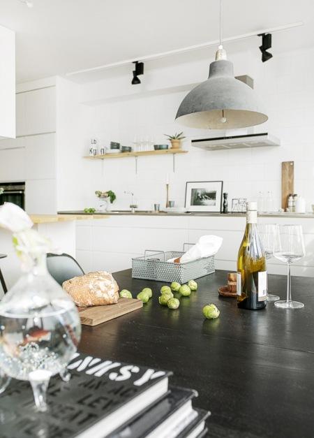 Czarny Stół W Białej Kuchniszara Lampa W Zdjęcie W
