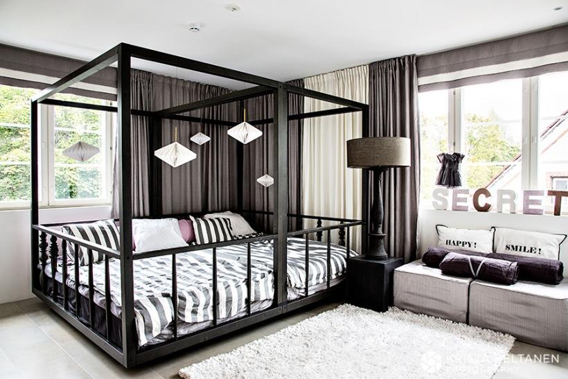 łóżko W Ramach Drewnianychmałżeńskie łożeczarne Zdjęcie