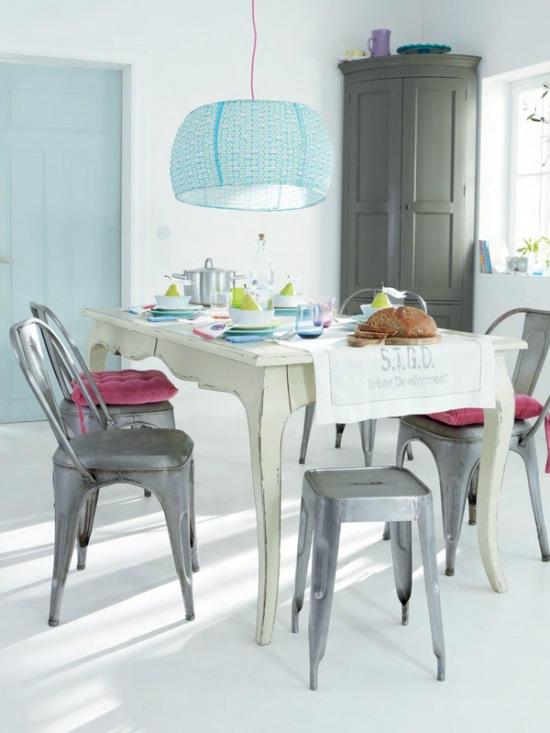 Prowansalski Biały Stół Z Drewnaszare Krzesła Zdjęcie W Serwisie