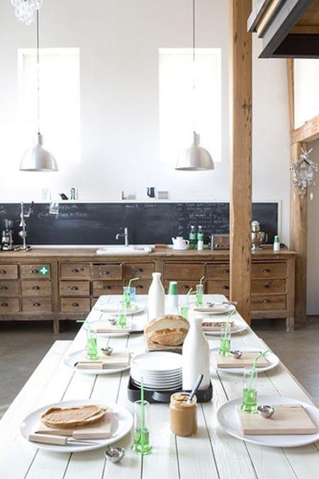 Duża Drewniana Kuchnia Z Belką Z Drewna I Zdjęcie W