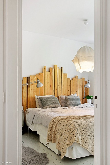 Drewniane Wezgłowie Z Surowych Desek I Lampa Zdjęcie W