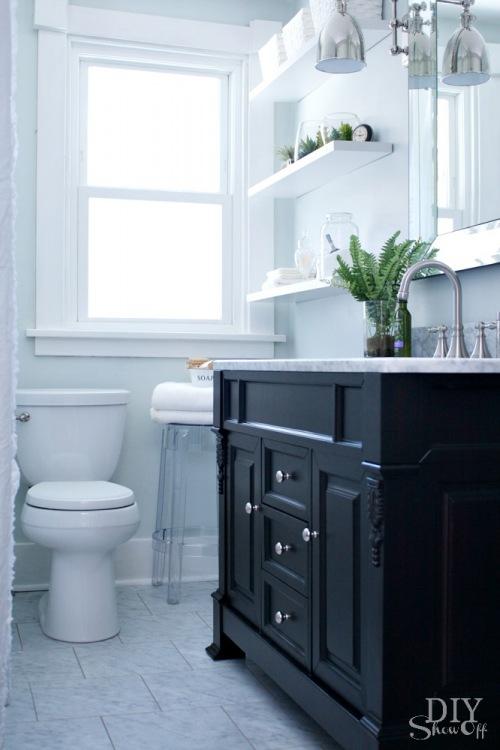 Before & after eleganckiej łazienki z marmurem, czyli pomysł na metamorfozę małego wnętrza